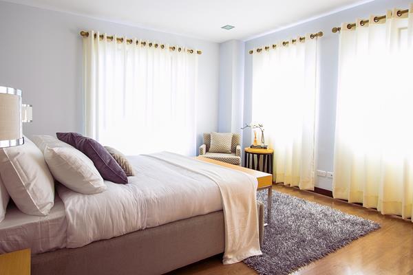 Jak ożywić wnętrze domowej sypialni?