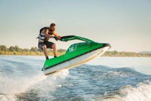 Uprawnienia na motorówkę i skuter wodny - czy warto je zdobyć?